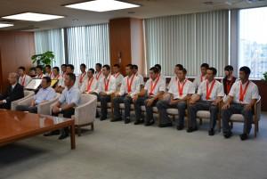 ▲市長を表敬訪問した専修大学松戸高校の校長、監督、部長、選手ら